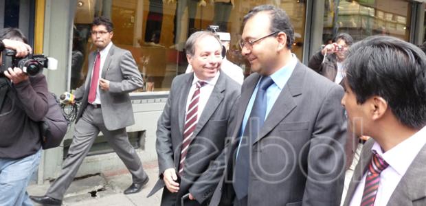 Marcelo Soza junto a su abogado Moisés Ponce de León a la salida de