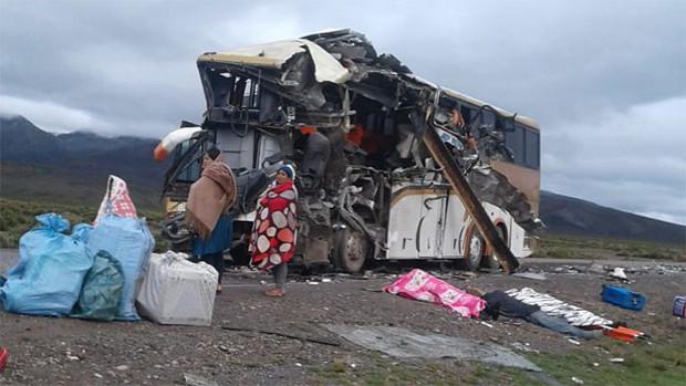 Choque frontal de dos buses en Oruro deja al menos 16 muertos
