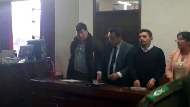 Diputado ebrio se desnudó en un aeropuerto — Bolivia