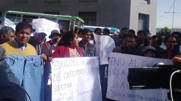 Microempresarios protestan contra doble aguinaldo