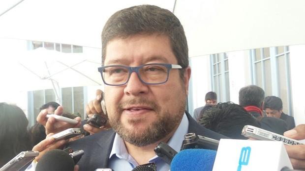 activistas llaman Cerdo Privatizador a líder de oposición Samuel Doria Medina