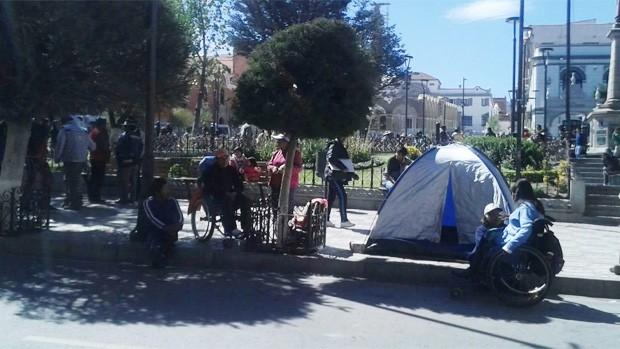 Discapacitados intentaron colgase en la pasarela de la avenida universitaria de Potosí