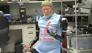 Persona probando la prótesis controlada con el pensamiento